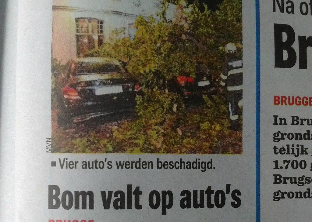 Bom valt op auto's
