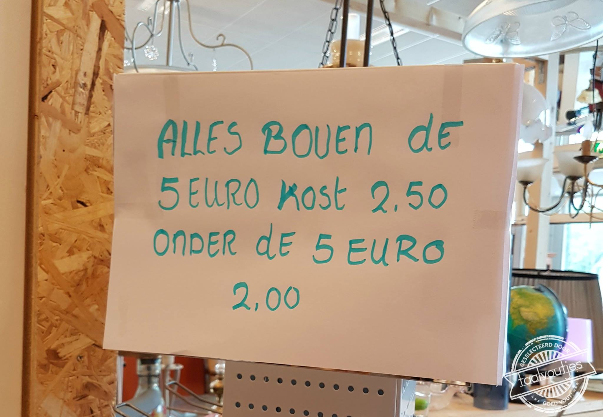 alles boven de 5 euro kost 2.50 onder de 5 euro 2.00